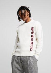 Calvin Klein Jeans - INSTIT LOGO - Svetr - egret/beet - 0