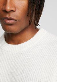 Calvin Klein Jeans - INSTIT LOGO - Svetr - egret/beet - 5