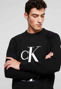 Calvin Klein Jeans - MIRRORED MONOGRAM SWEATER - Svetr - black - 4