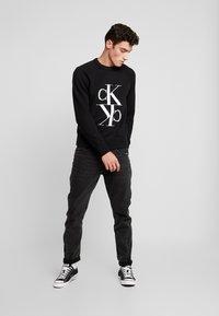 Calvin Klein Jeans - MIRRORED MONOGRAM SWEATER - Svetr - black - 1