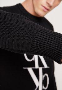 Calvin Klein Jeans - MIRRORED MONOGRAM SWEATER - Svetr - black - 6