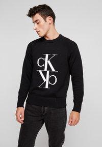 Calvin Klein Jeans - MIRRORED MONOGRAM SWEATER - Svetr - black - 0