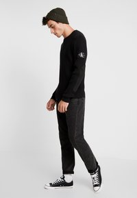 Calvin Klein Jeans - MONOGRAM SLEEVE BADGE SWEATER - Pullover - black - 1