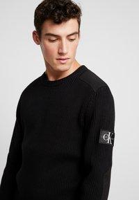 Calvin Klein Jeans - MONOGRAM SLEEVE BADGE SWEATER - Pullover - black - 3