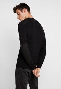 Calvin Klein Jeans - MONOGRAM SLEEVE BADGE SWEATER - Pullover - black - 2