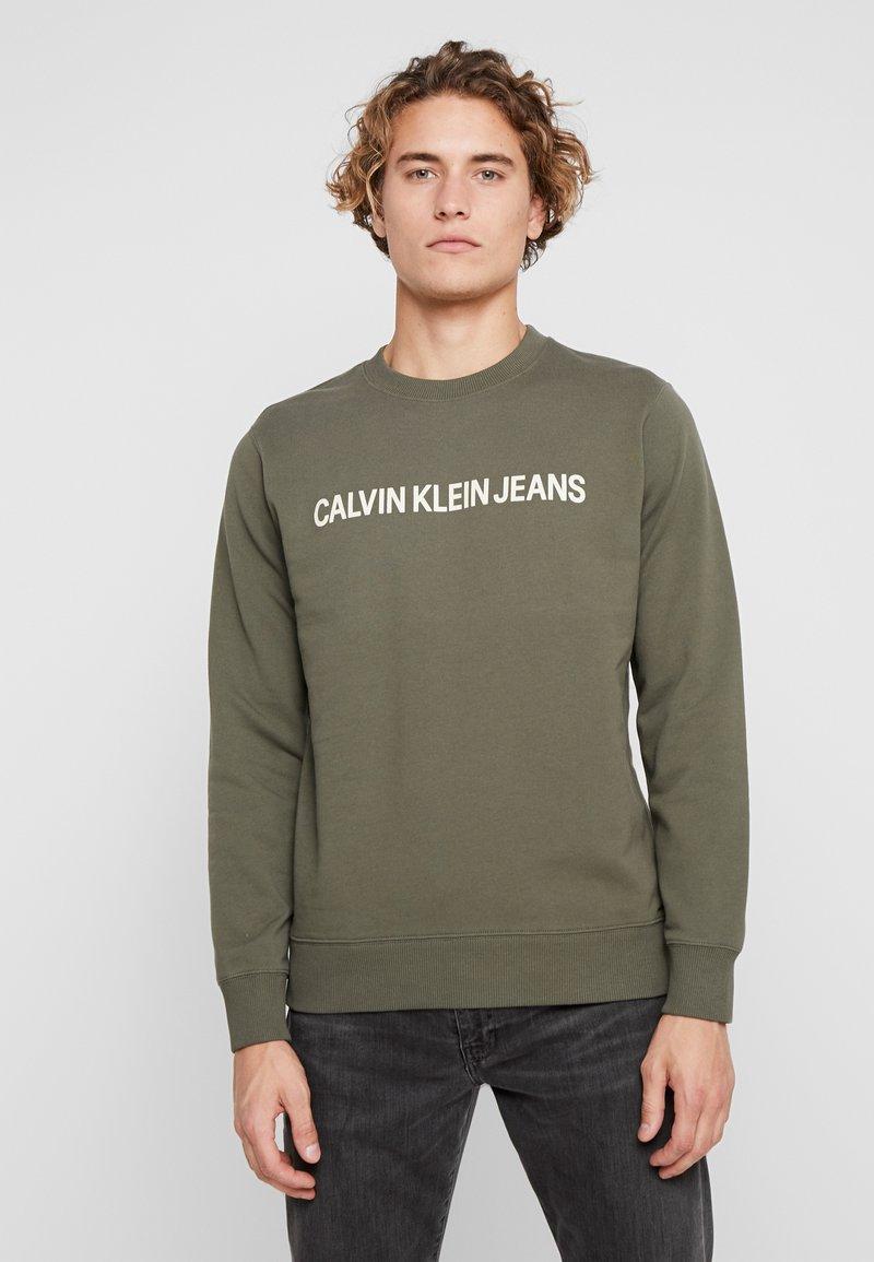 Calvin Klein Jeans - INSTITUTIONAL LOGO CREW NECK - Sweatshirt - grape leaf/bleached sand