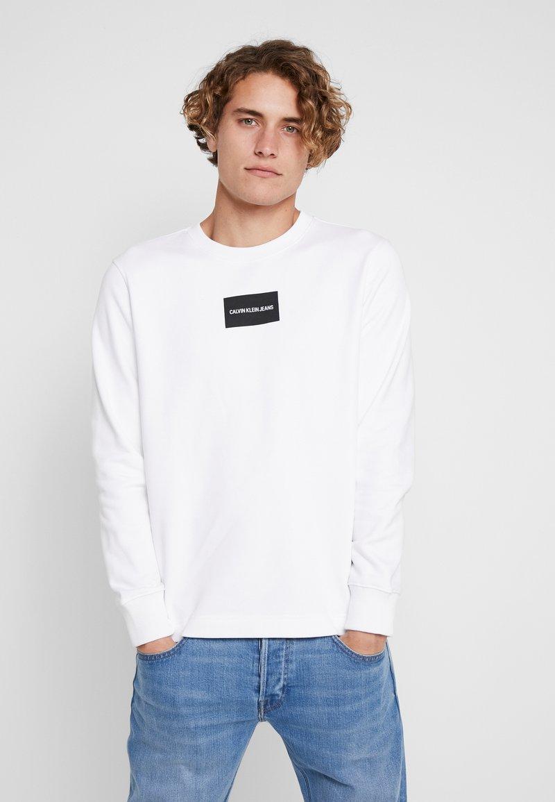 Calvin Klein Jeans - SMALL INSTIT BOX REGULAR - Sweatshirt - bright white