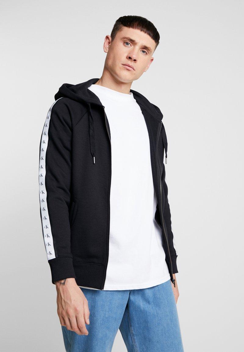 Calvin Klein Jeans - MONOGRAM TAPE ZIP THROUGH - Bluza rozpinana - black
