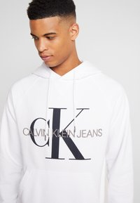 Calvin Klein Jeans - WASHED RELAXED MONOGRAM HOODIE - Hoodie - bright white - 4