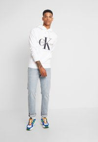 Calvin Klein Jeans - WASHED RELAXED MONOGRAM HOODIE - Hoodie - bright white - 1