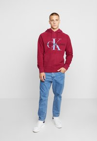 Calvin Klein Jeans - WASHED RELAXED MONOGRAM HOODIE - Mikina skapucí - beet red - 1