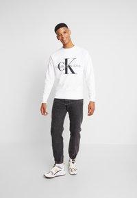 Calvin Klein Jeans - RELAXED MONOGRAM - Sweatshirt - bright white - 1