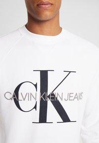Calvin Klein Jeans - RELAXED MONOGRAM - Sweatshirt - bright white - 4