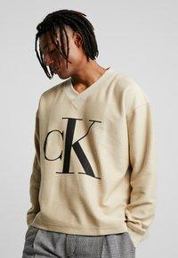 Calvin Klein Jeans - REVERSED V NECK  - Mikina - bleached sand - 0