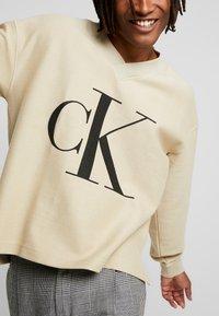 Calvin Klein Jeans - REVERSED V NECK  - Mikina - bleached sand - 4