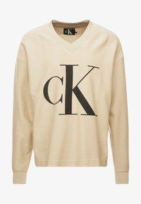 Calvin Klein Jeans - REVERSED V NECK  - Mikina - bleached sand - 3
