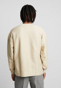 Calvin Klein Jeans - REVERSED V NECK  - Mikina - bleached sand - 2