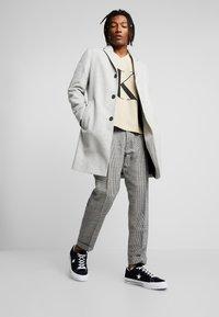 Calvin Klein Jeans - REVERSED V NECK  - Mikina - bleached sand - 1