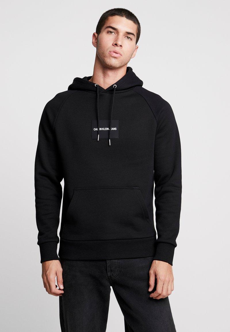 Calvin Klein Jeans - Kapuzenpullover - black / white
