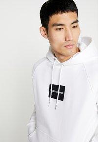 Calvin Klein Jeans - Sweat à capuche - bright white - 4