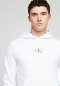 Calvin Klein Jeans - CHEST MONOGRAM HOODIE - Hoodie - bright white - 3