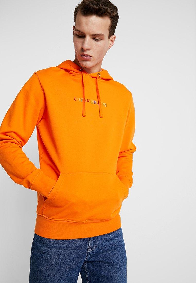 Calvin Klein Jeans - RAINBOW LOGO PRIDE - Kapuzenpullover - orange popsicle