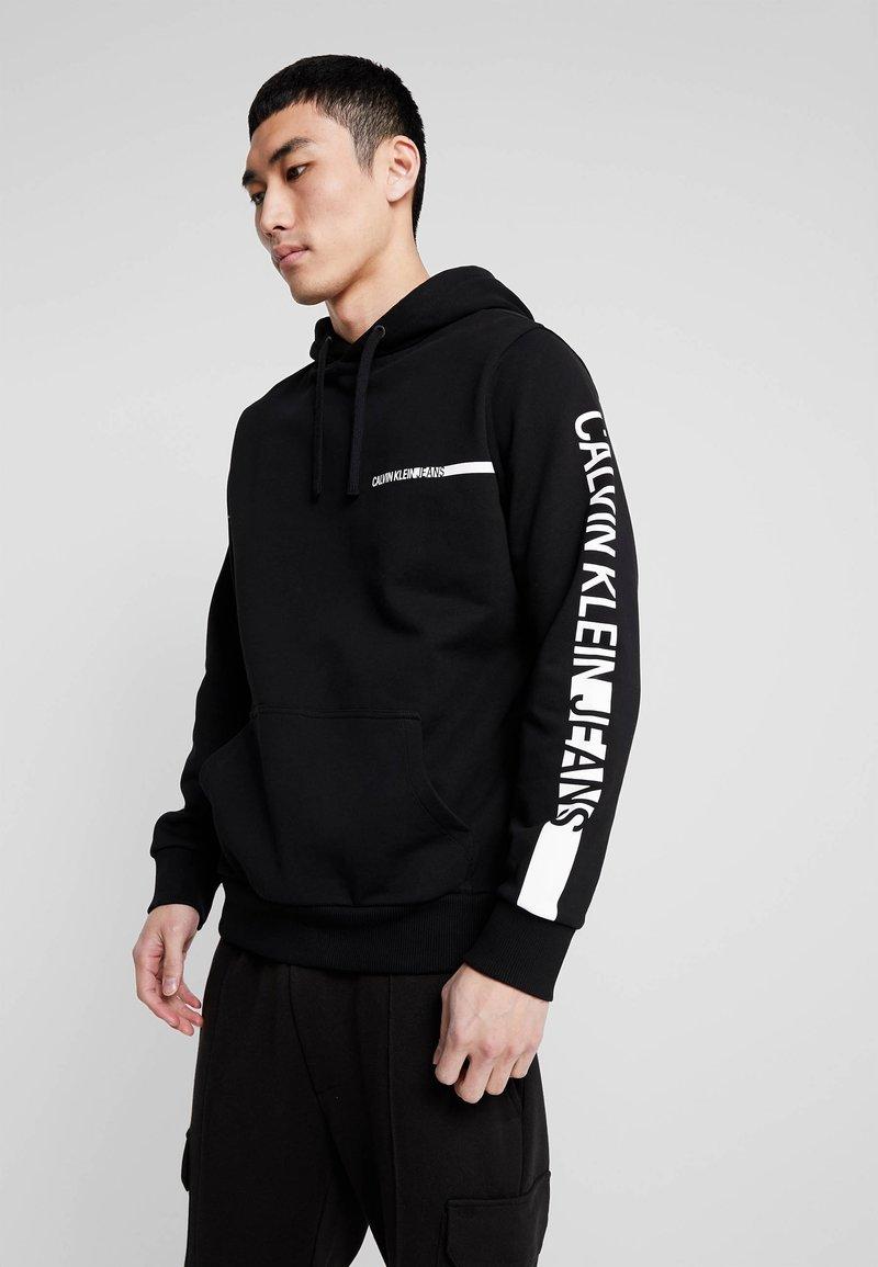 Calvin Klein Jeans - BOLD INSTITUTIONAL LOGO HOODIE - Kapuzenpullover - black