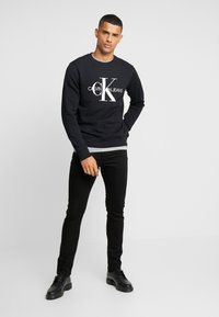 Calvin Klein Jeans - ICONIC MONOGRAM CREWNECK - Sweatshirt - black - 1