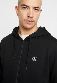 Calvin Klein Jeans - ESSENTIAL ZIP THROUGH - Mikina na zip - black - 5