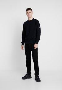 Calvin Klein Jeans - MONOGRAM SLEEVE BADGE - Sweatshirt - black - 1