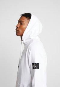 Calvin Klein Jeans - MONOGRAM SLEEVE BADGE HOODIE - Hoodie - bright white - 3
