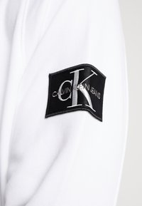 Calvin Klein Jeans - MONOGRAM SLEEVE BADGE HOODIE - Hoodie - bright white - 5