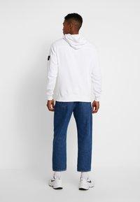 Calvin Klein Jeans - MONOGRAM SLEEVE BADGE HOODIE - Hoodie - bright white - 2