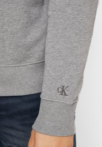 Calvin Klein Jeans - TAPING THROUGH MONOGRAM - Mikina - mid grey heather - 5
