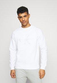 Calvin Klein Jeans - MONOGRAM EMBRO - Sweatshirt - bright white - 0
