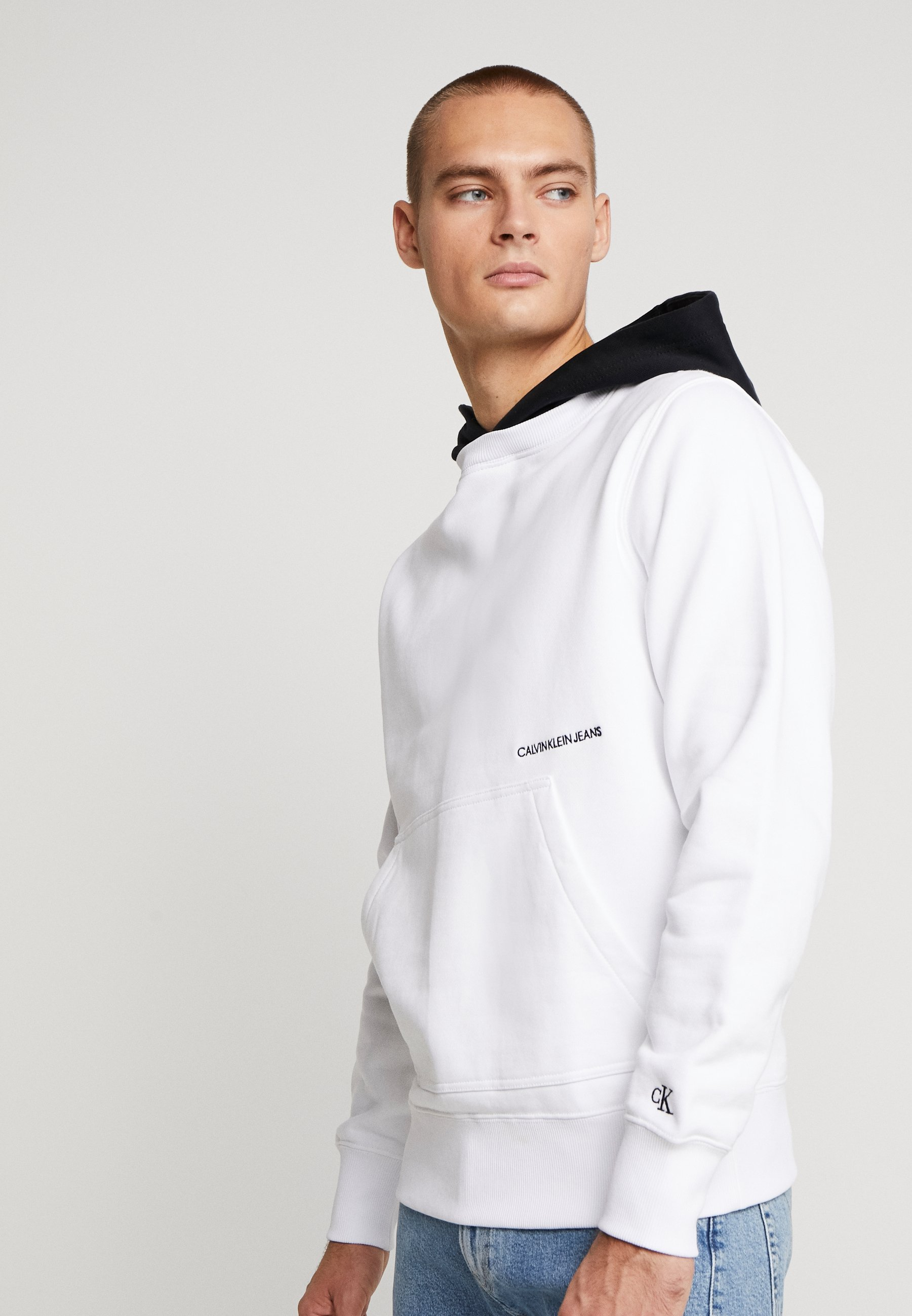 Calvin Klein Jeans CONTRASTED HOODIE - Bluza z kapturem - bright white/black