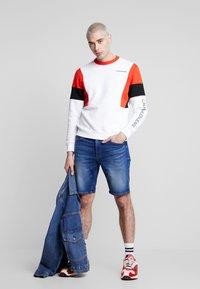 Calvin Klein Jeans - COLOR BLOCK CREWNECK - Bluza - bright white/black/fiery red - 1