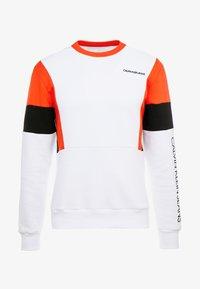 Calvin Klein Jeans - COLOR BLOCK CREWNECK - Bluza - bright white/black/fiery red - 4