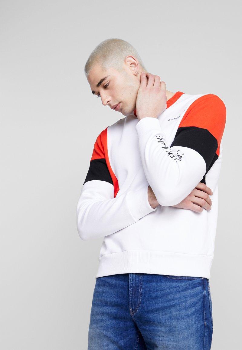Calvin Klein Jeans - COLOR BLOCK CREWNECK - Bluza - bright white/black/fiery red