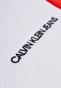 Calvin Klein Jeans - COLOR BLOCK CREWNECK - Bluza - bright white/black/fiery red - 5