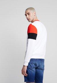 Calvin Klein Jeans - COLOR BLOCK CREWNECK - Bluza - bright white/black/fiery red - 2