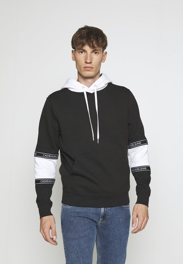 BLOCKING LOGO TAPE HOODIE - Jersey con capucha - black