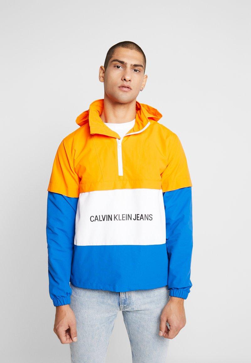 Calvin Klein Jeans - INSTITUTIONAL LOGO POP OVER - Tuulitakki - orange/white/nautical blue
