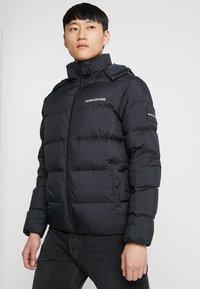 Calvin Klein Jeans - HOODED DOWN PUFFER  - Winterjas - black - 5