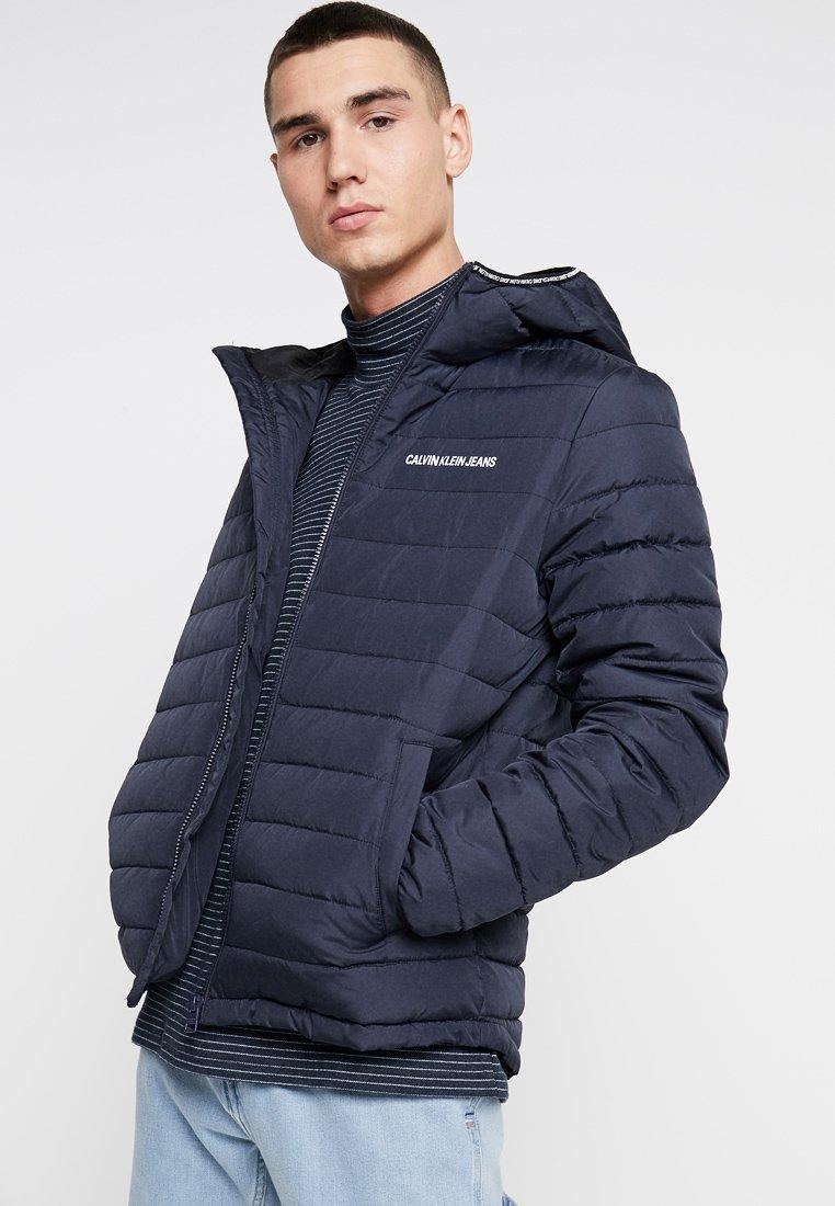 Calvin Klein Jeans - PADDED HOODED JACKET - Übergangsjacke - blue