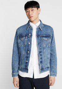 Calvin Klein Jeans - FOUNDATION SLIM JACKET - Cowboyjakker - denim - 0