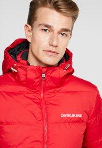 Calvin Klein Jeans - HOODED PUFFER - Dunjakke - racing red - 4