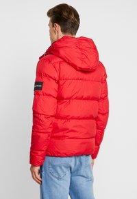 Calvin Klein Jeans - HOODED PUFFER - Dunjakke - racing red - 2