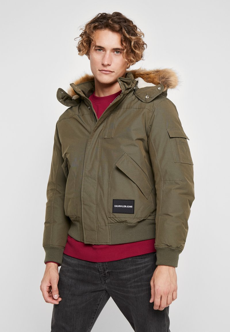 Calvin Klein Jeans - FUR TRIMMED HOODED DOWN BOMBER - Dunjakke - dark green