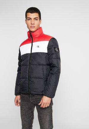 COLOR BLOCK PUFFER - Zimní bunda - black/racing red